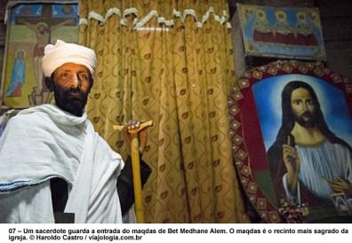Um sacerdote guarda a entrada do maqdas de Bet Medhane Alem - Foto Haroldo Castro