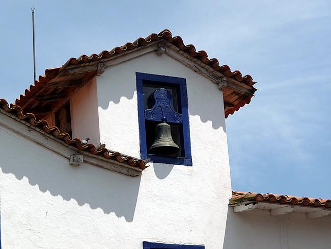 Torre da igreja colonial de Embú das Artes