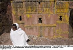 Bet Giyorgis, Casa de São Jorge, foi escavada na pedra rosada das montanhas. Foi o rei Lalibela que decidiu construir as igrejas na rocha - Foto Haroldo Castro