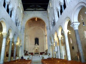 Bari, interior da catedral