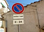 Na Itália, placa indicando que é proibido estacionar em ambos os lados da via.