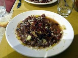 Prato típico com feijões e cogumelos, Matera, Itália