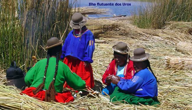 Índias nas ilhas flutuantes, no Lago Titicaca, Peru