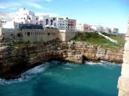 Polignano a Mare, na Puglia, sul da Itália: céu azul