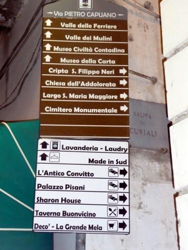 Na Itália: placas marrons indicam atrações, as brancas, hotéis e outros serviços