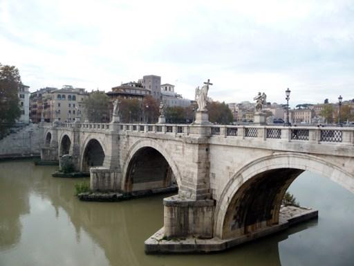 Ponte em frente ao Castel Sant'Angelo, em Roma