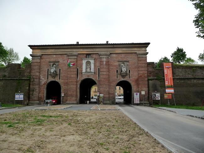 As portas das muralhas de Lucca, Itália