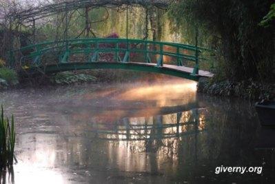 Bruma matinal sob a ponte japonesa, foto Arine Cauderlier