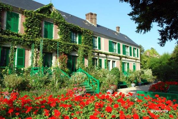 Façada da propriedade de Claude Monet à Giverny no verão - Photo Ariane Cauderlier