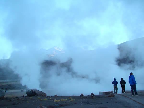 Gêiseres de El Tatio ao amanhecer, Atacama, Chile