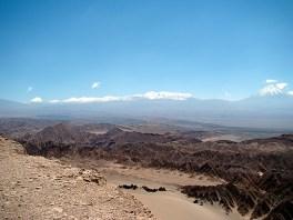 Picos nevados de vulcões no deserto do Atacama, Chile
