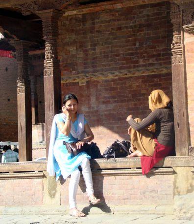 Katmandu, Nepal, moça falando ao celular