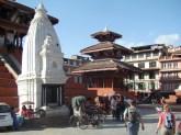 Templo estilo shikara, à esquerda, em estilo pagode, à direita, Katmandu, Nepal
