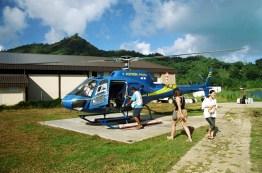 Helicóptero que sobrevoa Bora-Bora