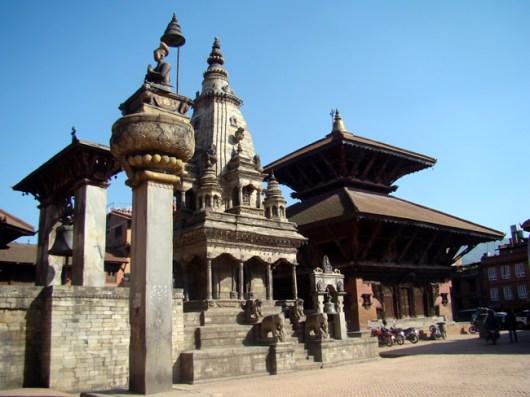 Templo estilo Shikara, à esquerda e estilo pagode, à esquerda