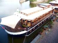Bar em um barco no rio Vltava, em Praga