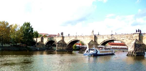 Barco no rio Vltava em Praga, Rep. Tcheca