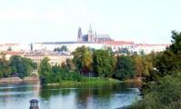 Vista do castelo de Praga, a partir do rio Vltava