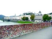Ponte dos cadeados do amor em Salburgo, rio Salzach