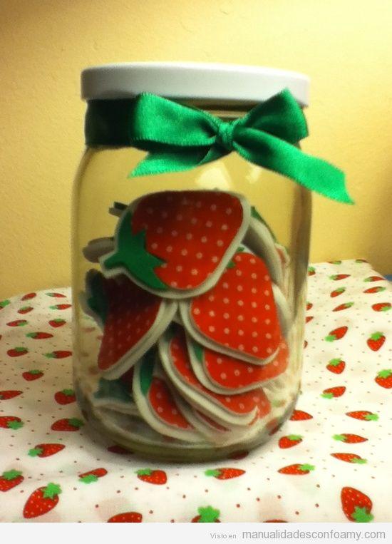 Bote de cristal con fresas de foamy manualidades con for Botes de cocina decorados con goma eva