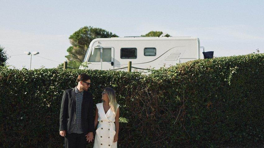 boda-indie-moderna-diferente-preboda-novios-vintage-novia-novio-caravana-playa-caion-bodas-alternativas