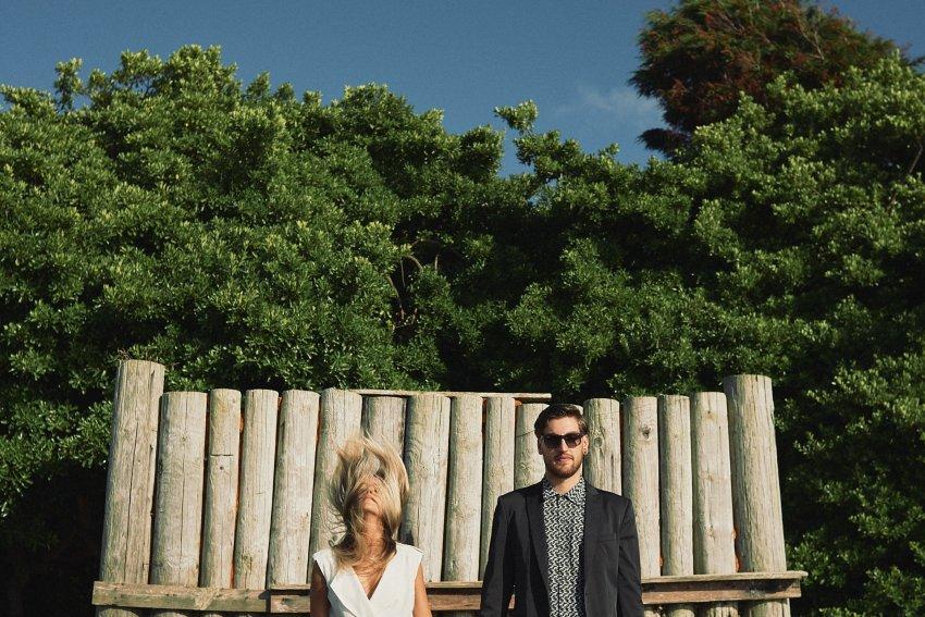 boda-indie-moderna-diferente-preboda-novios-vintage-novia-novio-playa-caion-pared-troncos-madera-bodas-alternativas