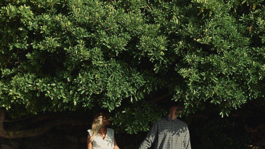 boda-indie-moderna-diferente-preboda-novios-vintage-novia-novio-playa-caion-arbustos-rural-bodas-alternativas