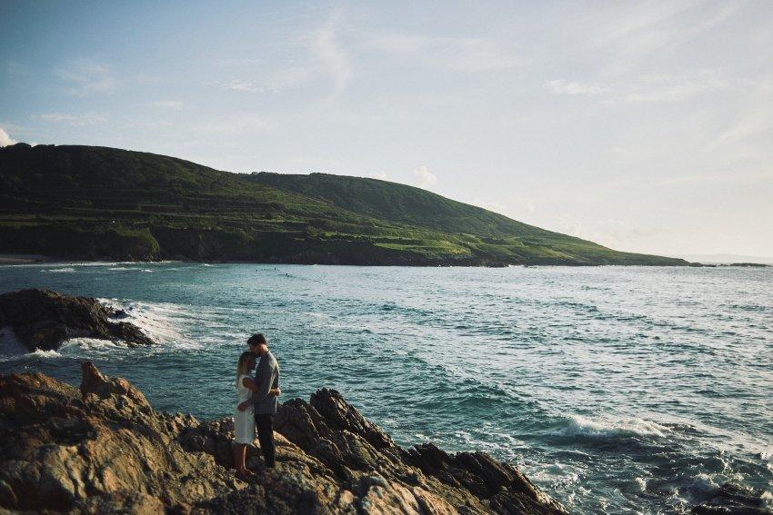 boda-indie-moderna-diferente-preboda-novios-vintage-novia-novio-playa-caion-rocas-mar-oceano-atlantico-paisaje-costa-romantico-bodas-alternativas