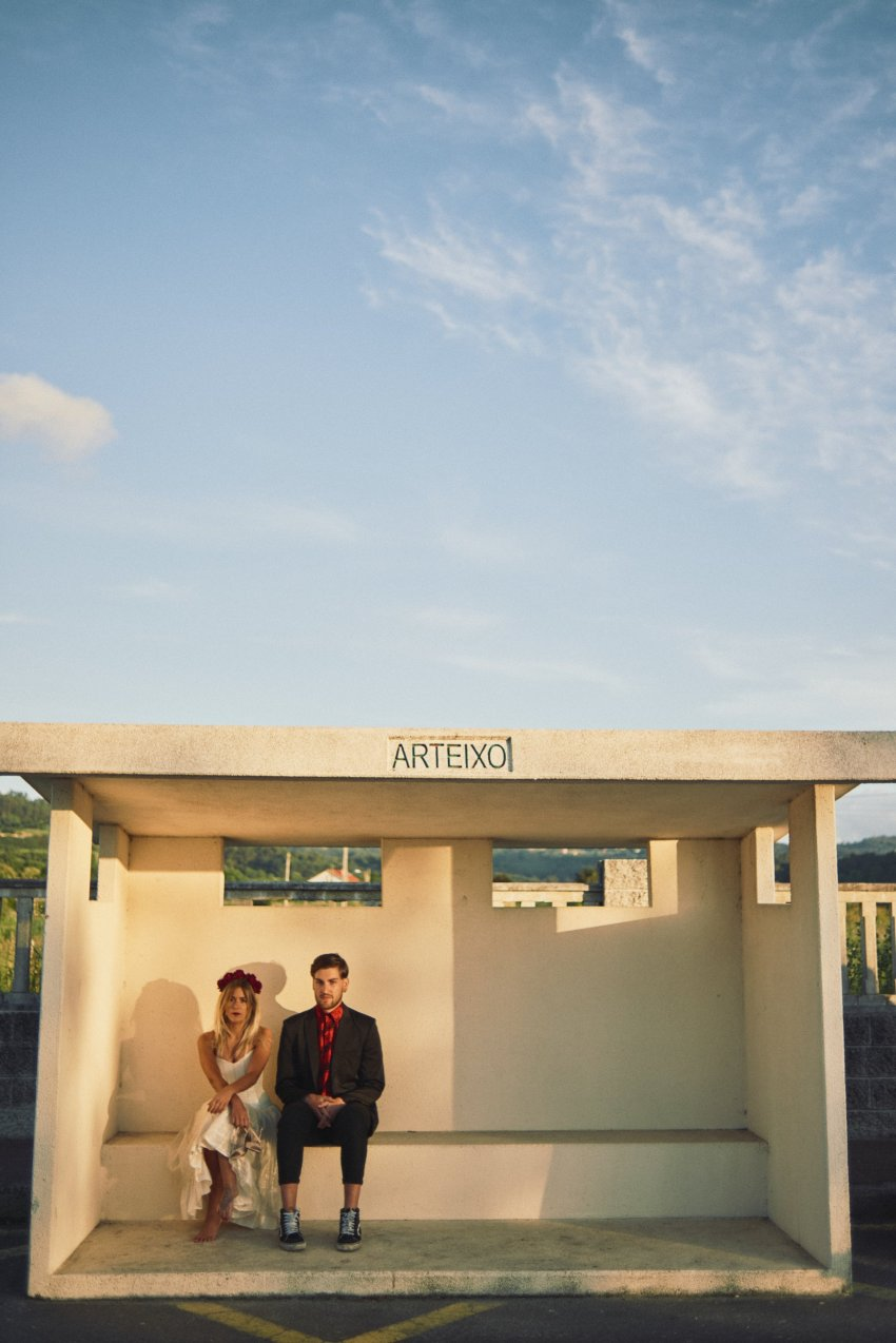 boda-indie-moderna-diferente-preboda-novios-vintage--novia-novio-playa-barranan-arteixo-bus-stop-bodas-alternativas