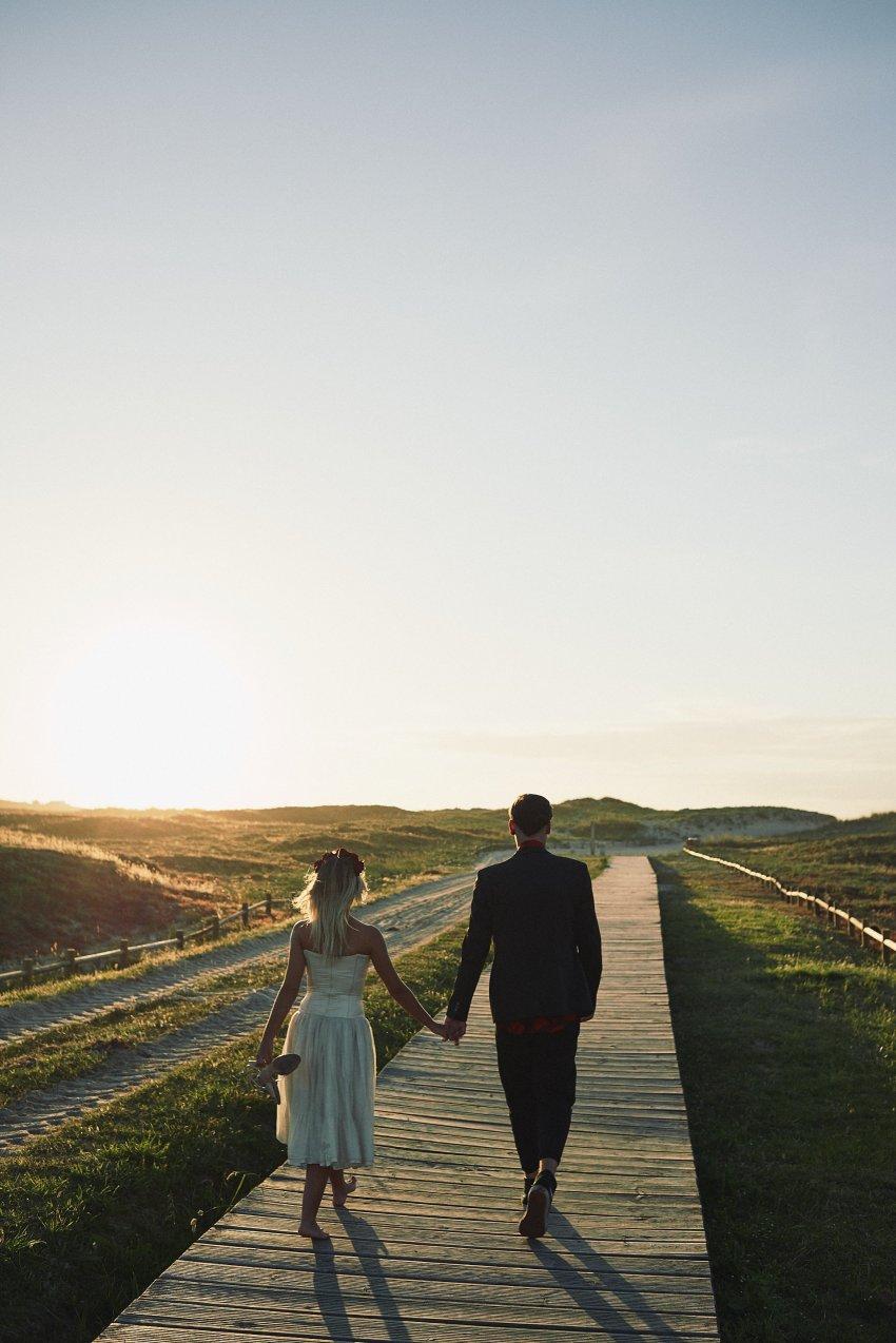 boda-indie-moderna-diferente-preboda-novios-vintage-novio-novia-playa-barranan-arteixo-puesta-de-sol-bodas-alternativas