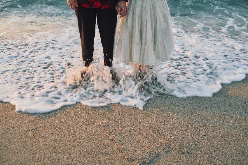 boda-indie-moderna-diferente-preboda-novios-vintage-novia-novio-playa-barranan-arteixo-arena-espuma-mar-ola-bodas-alternativas