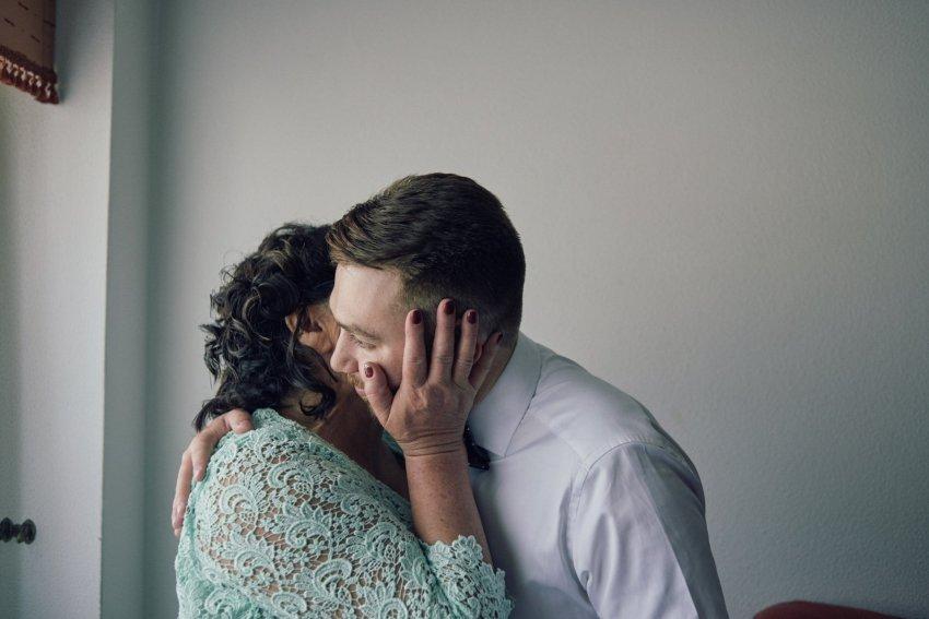 novio-boda-beso-abrazo-abuela
