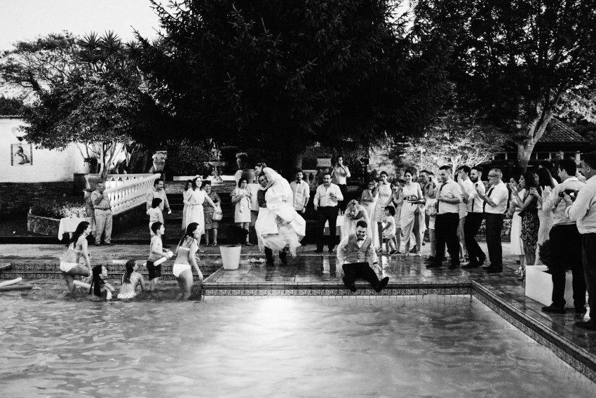 Novios-piscina-agua-boda-verano-divertida