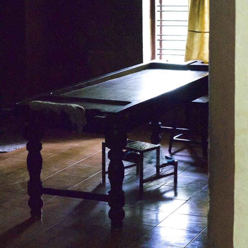 Table de massage ayurvédique pour les soins du panchakarma