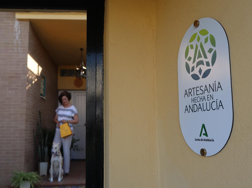 Manuela de los Santos en la entrada de su taller