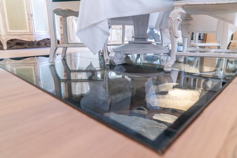 Particolare del pavimento in vetro della breakfast room della Regia Rosetta che mostra gli antichi reperti archeologici