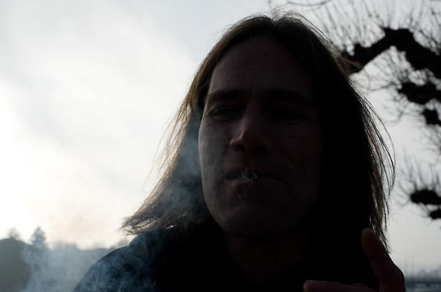 Portrait im Gegenlicht, rauchend