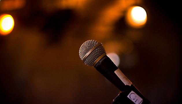 Folientango Titelbild - Mikrofon vor unscharfem Hintergrund