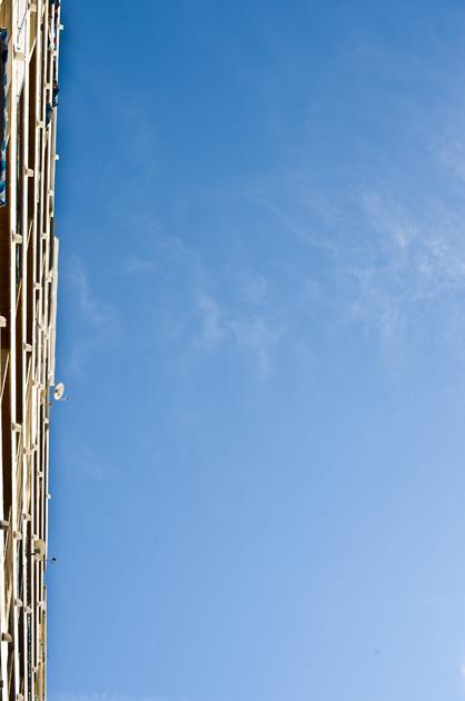 Hochhaus und blauer Himmel