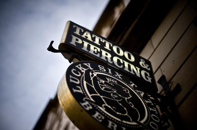 Tattoo und Piercing – Ladenschild