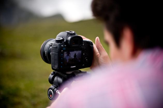 Kurzfilm – Mountain, David beim Prüfen der Einstellungen