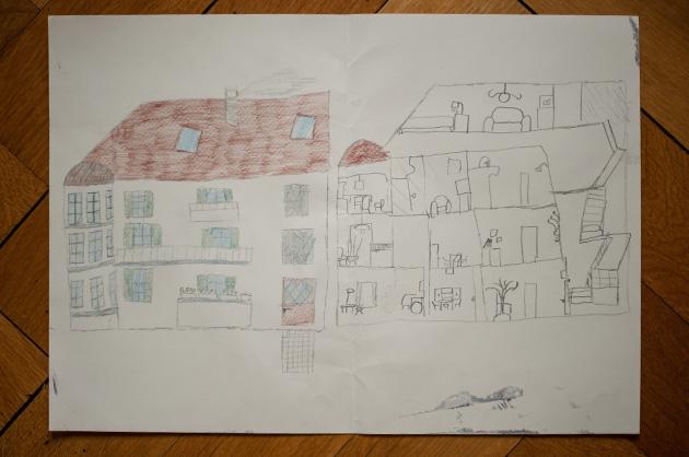 Kinderzeichnung eines Hauses als Ansicht und im Querschnitt mit Zimmer und Möblierung