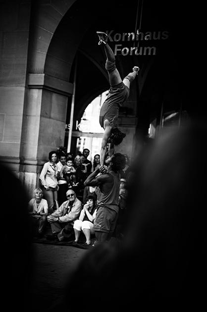 Buskers – Die Akrobatik-Truppe Cia dela Praka aus Brasilien in Aktion
