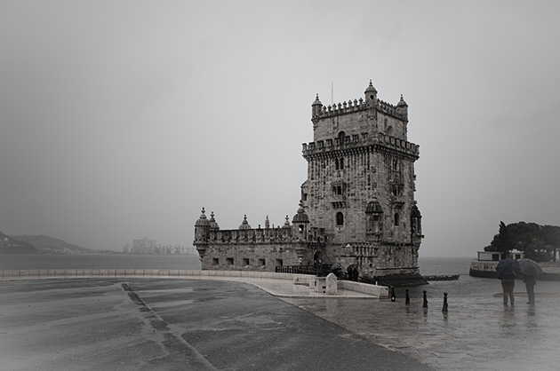 Torre de Belém, Schwarz-Weiss-Fotografie mit einer Gesamtansicht des Turmes