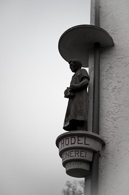 Holzstatue der Schreinerei Hodel an einer Hausfassade