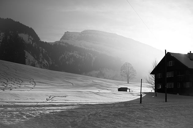 Haus im Schnee, dahinter der Berg «Chesrugge»