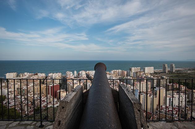Cullera, Ausblick vom Schloss über eine alte Kanone in einen neuen Stadteil
