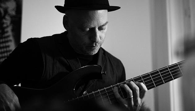 Murifeldbuch, Beitragsbild mit Wolfgang Zwiauer, der auf einer Bassgitarre spielt.