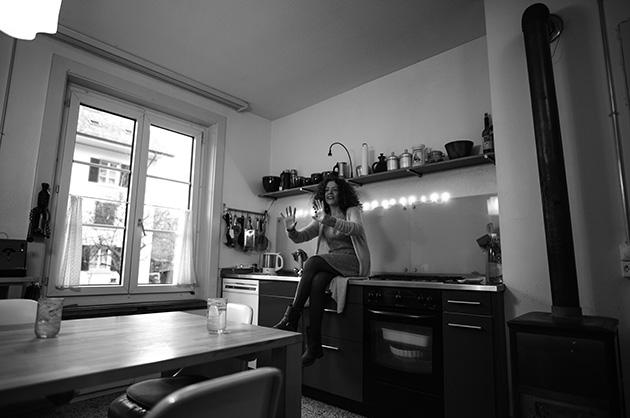 Murifeldbuch. Schwarz-Weiss-Portrait von Shirley Grimes in ihrer Küche