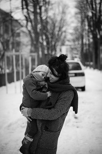 Frau mit Kind auf dem Arm in der Mindstrasse. Auswahlbild fürs Murifeldbuch.